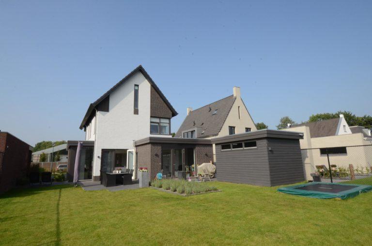 drijvers-oisterwijk-nieuwbouw-woonhuis-modern-dakpannen-bakstenen-houten-gevel-ramen-deuren (6)