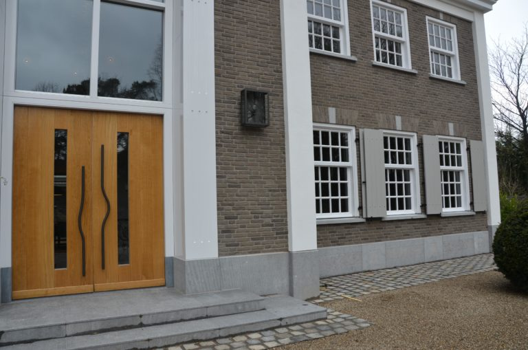 drijvers-oisterwijk-landhuis-klassiek-hardsteen-metselwerk-voordeur-eiken-luiken (8)