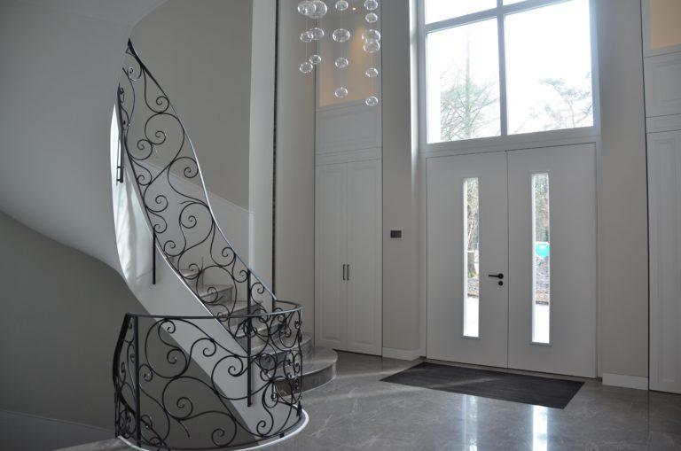 drijvers-oisterwijk-nieuwbouw-entree-trap-verlichting-landhuis-interieur-traditioneel-landelijk-particulier-villa (27)