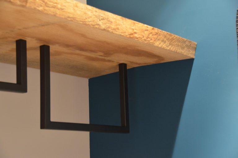 drijvers-oisterwijk-nieuwbouw-garderobe-detail-kapstok-hout-blauw-landhuis-interieur-traditioneel-landelijk-particulier-villa (30)