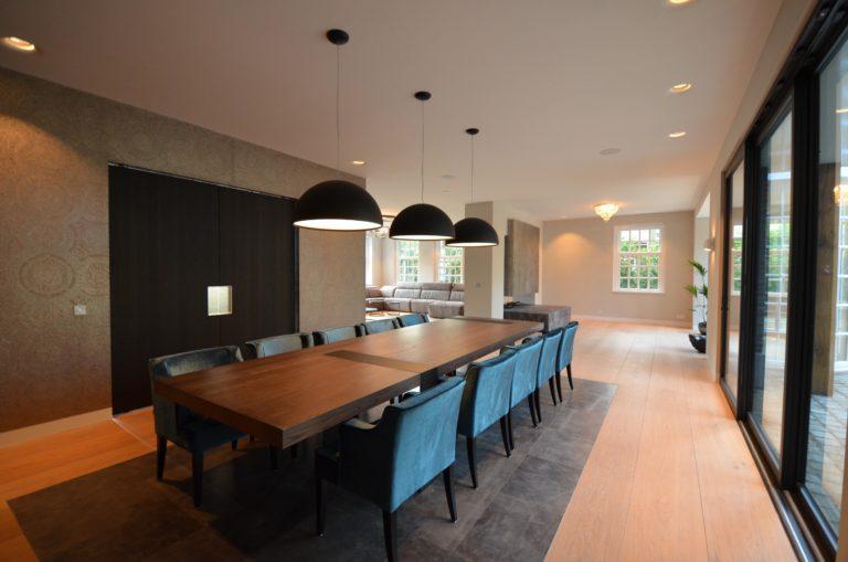 drijvers-oisterwijk-nieuwbouw-eetkamer-eettafel-behang-leer-landhuis-interieur-traditioneel-landelijk-particulier-villa (35)