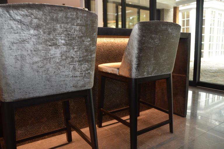 drijvers-oisterwijk-nieuwbouw-landhuis-keuken-bar-leer-stof-stoel-interieur-traditioneel-landelijk-particulier-villa (8)