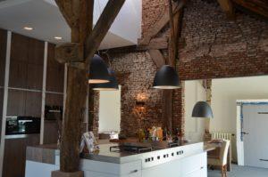drijvers-oisterwijk-traditioneel-modern-keuken-verlichting-landelijk-interieur-particulier-boerderij-monument-transparant-hout-spanten-gevel-baksteen-rietgedekt-restauratie-intern (2)