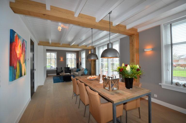 drijvers-oisterwijk-woonkamer-houtespant-tafel-lamp