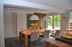 drijvers-oisterwijk-woonhuis-eetkamer-eettafel-interieur-modern-licht-hout-tegel-verlichting (2)