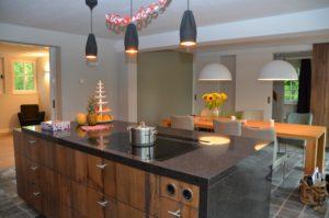 drijvers-oisterwijk-woonhuis-keuken-eetkamer-tafel-interieur-modern-licht-hout-tegel-verlichting (7)