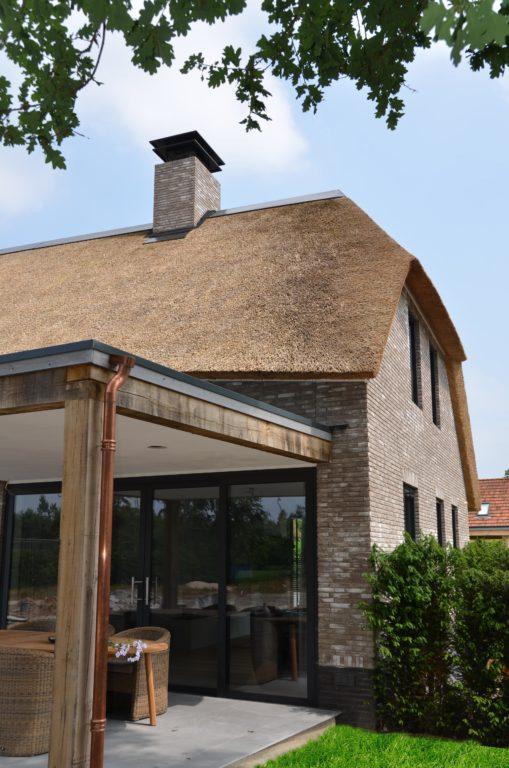 drijvers-oisterwijk-nieuwbouw-villa-riet-hout-bakstenen-overkapping-goot-hemelwaterafvoer-regenpijp (11)