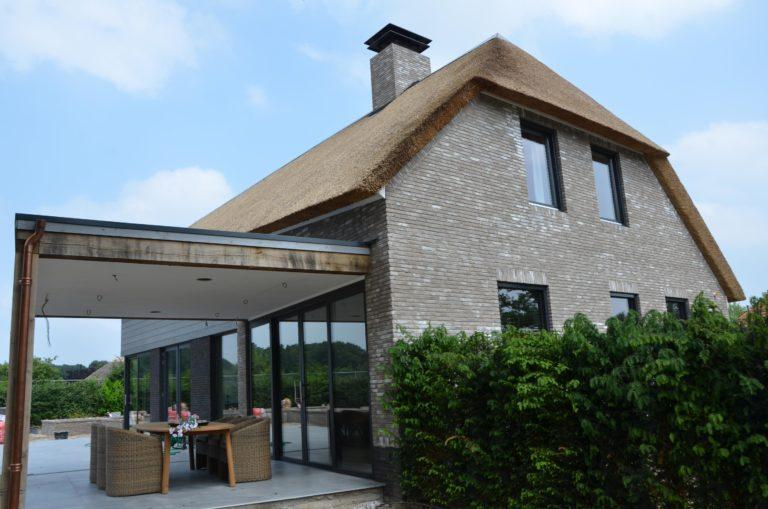 drijvers-oisterwijk-nieuwbouw-villa-riet-hout-bakstenen-overkapping (12)