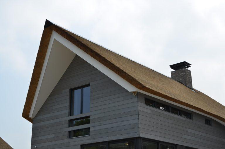 drijvers-oisterwijk-nieuwbouw-villa-riet-hout-bakstenen-schoorsteen-ramen (14)