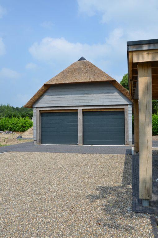 drijvers-oisterwijk-nieuwbouw-villa-riet-hout-bakstenen-bijgebouw-garage (2)