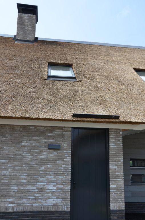 drijvers-oisterwijk-nieuwbouw-villa-riet-hout-deur-dakraam-schoorsteen-bakstenen (21)
