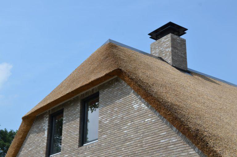 drijvers-oisterwijk-nieuwbouw-villa-riet-hout-schoorsteen-bakstenen (25)