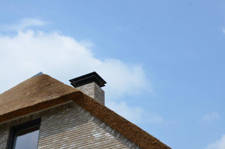 drijvers-oisterwijk-nieuwbouw-villa-riet-hout-bakstenen-kap-schoorsteen (4)