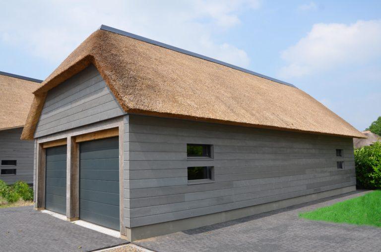 drijvers-oisterwijk-nieuwbouw-villa-riet-hout-bakstenen-bijgebouw-garage-deuren-ramen (5)
