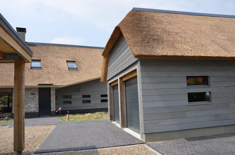 drijvers-oisterwijk-nieuwbouw-villa-riet-hout-bakstenen-bijgebouw-garage-deuren (6)