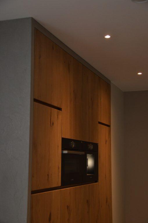 drijvers-oisterwijk-interieur-keuken-spot-apparatuur-kastenwand-verlichting-armatuur-verbouwing-modern-appartement-strak-hout-gezellig (1)-min