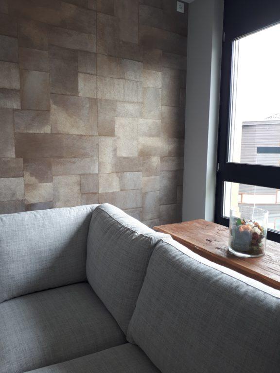 drijvers-oisterwijk-interieur-bank-behang-raam-verbouwing-modern-appartement-strak-hout-gezellig (12)-min