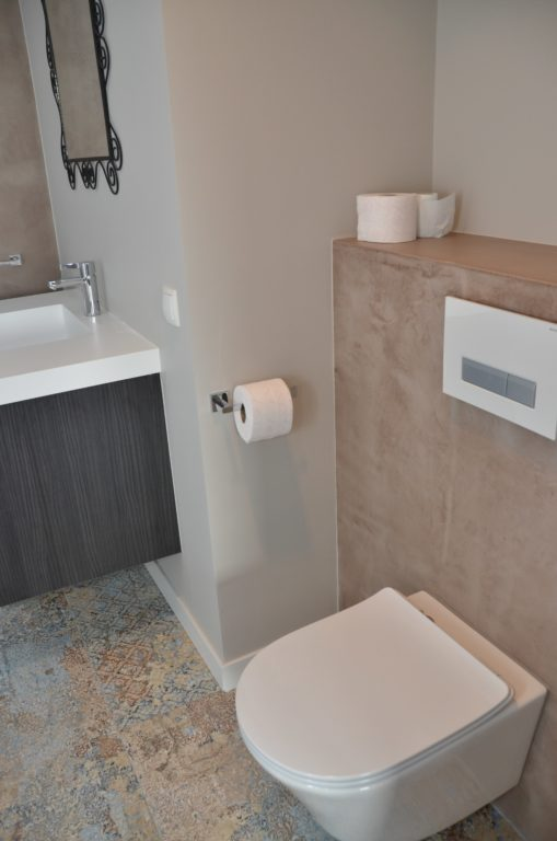 drijvers-oisterwijk-interieur-badkamer-toilet-tegel-verbouwing-modern-appartement-strak-hout-gezellig (14)-min