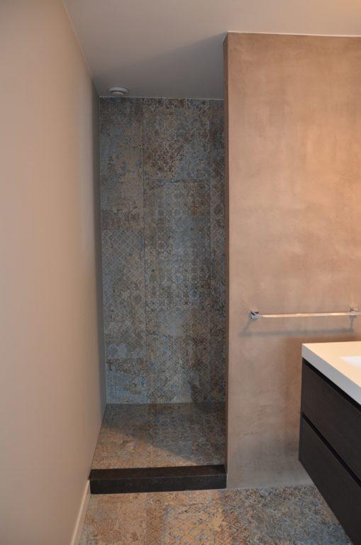 drijvers-oisterwijk-interieur-tegel-douche-badkamer-verbouwing-modern-appartement-strak-hout-gezellig (16)-min