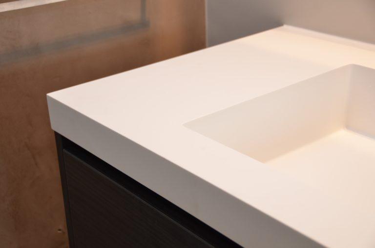 drijvers-oisterwijk-interieur-badkamer-solid-surface-verbouwing-modern-appartement-strak-hout-gezellig (18)-min