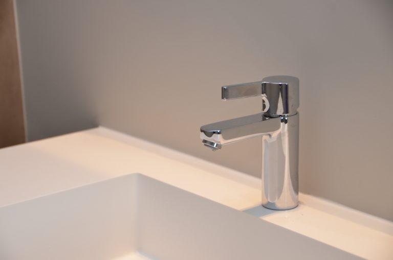 drijvers-oisterwijk-interieur-badkamer-kraan-solid-surface-verbouwing-modern-appartement-strak-hout-gezellig (19)-min