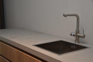 drijvers-oisterwijk-interieur-keuken-aanrecht-gootsteen-kraan-quooker-verbouwing-modern-appartement-strak-hout-gezellig (22)-min