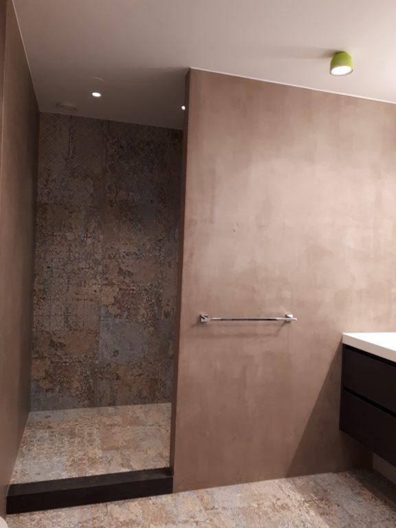 drijvers-oisterwijk-interieur-badkamer-tegel-spachtelpoets-verbouwing-modern-appartement-strak-hout-gezellig (5)-min