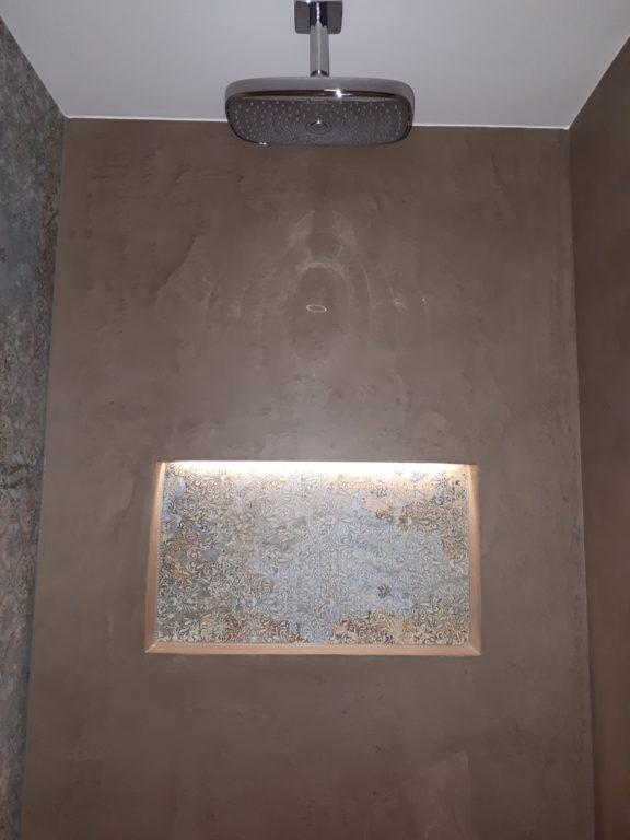 drijvers-oisterwijk-interieur-douche-badkamer-nis-spachtelpoets-tegel-douchekop-verbouwing-modern-appartement-strak-hout-gezellig (8)-min