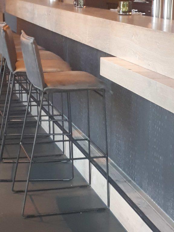 drijvers-oisterwijk-sec-interieur-restaurant-warm-gezellig-vuurtafel-stoelen-bar-plafond-verlichting-armatuur (1)