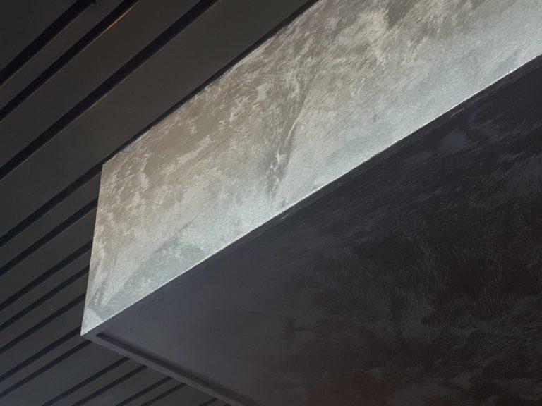 drijvers-oisterwijk-sec-interieur-restaurant-warm-gezellig-vuurtafel-stoelen-bar-plafond-verlichting-armatuur (2)