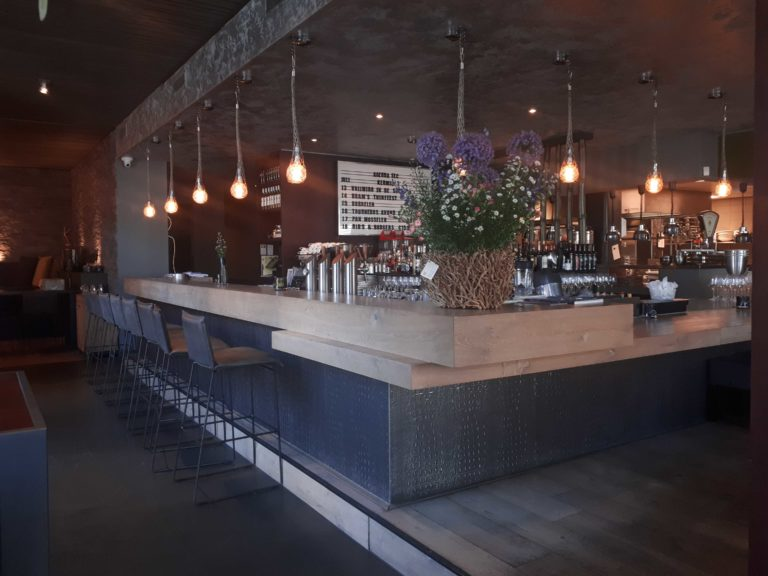 drijvers-oisterwijk-sec-interieur-restaurant-warm-gezellig-vuurtafel-stoelen-bar-plafond-verlichting-armatuur (5)