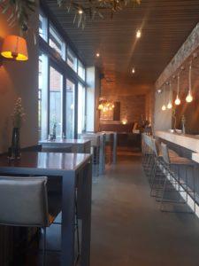 drijvers-oisterwijk-sec-interieur-restaurant-warm-gezellig-vuurtafel-stoelen-bar-plafond-verlichting-armatuur (6)