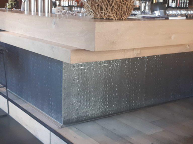 drijvers-oisterwijk-sec-interieur-restaurant-warm-gezellig-vuurtafel-stoelen-bar-plafond-verlichting-armatuur (7)