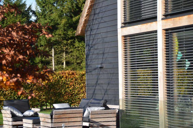 drijvers-oisterwijk-nieuwbouw-exterieur-riet-hout-bakstenen-gevel-grote-pui-ramen-dakkapel-hout-kozijn (10)
