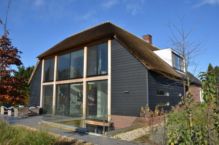 drijvers-oisterwijk-nieuwbouw-exterieur-riet-hout-bakstenen-gevel-grote-pui-ramen-dakkapel-hout-kozijn (12)
