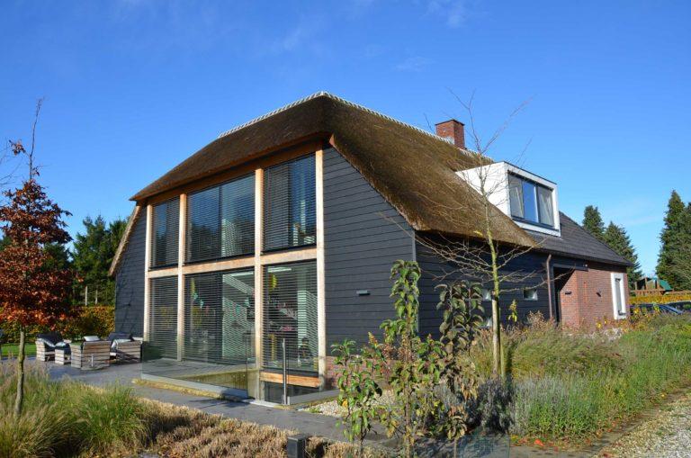 drijvers-oisterwijk-nieuwbouw-exterieur-riet-hout-bakstenen-gevel-grote-pui-ramen-dakkapel-hout-kozijn (13)