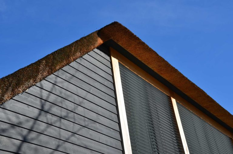 drijvers-oisterwijk-nieuwbouw-exterieur-riet-hout-bakstenen-gevel-grote-pui-ramen-dakkapel-hout-kozijn (15)