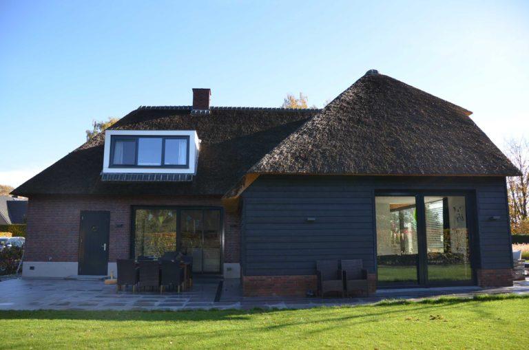drijvers-oisterwijk-nieuwbouw-exterieur-riet-hout-bakstenen-gevel-grote-pui-ramen-dakkapel-hout-kozijn (16)