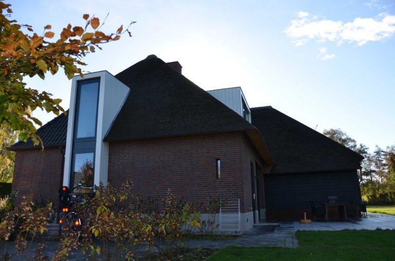 drijvers-oisterwijk-nieuwbouw-exterieur-riet-hout-bakstenen-gevel-grote-pui-ramen-dakkapel-hout-kozijn (17)