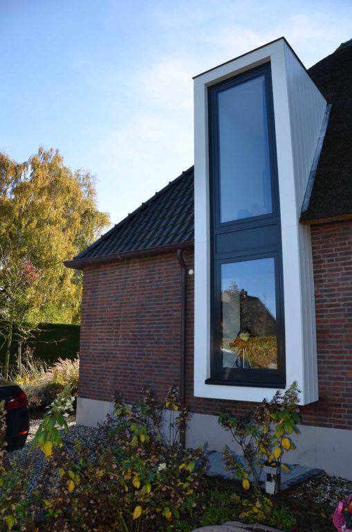 drijvers-oisterwijk-nieuwbouw-exterieur-riet-hout-bakstenen-gevel-grote-pui-ramen-dakkapel-hout-kozijn (18)