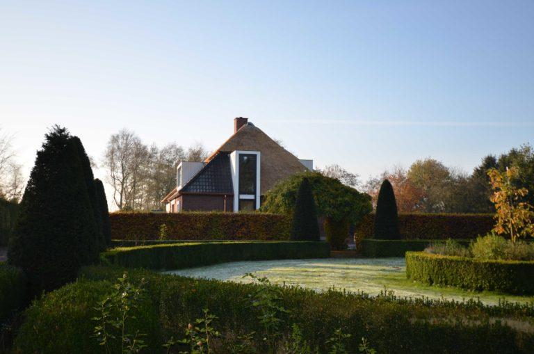 drijvers-oisterwijk-nieuwbouw-exterieur-riet-hout-bakstenen-gevel-grote-pui-ramen-dakkapel-hout-kozijn (7)