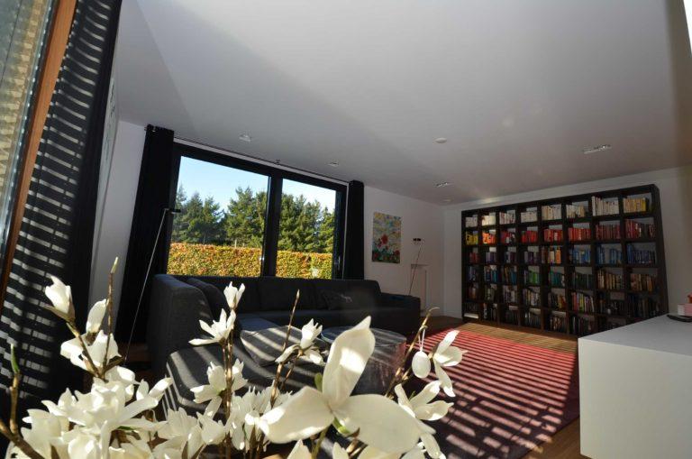 drijvers-oisterwijk-nieuwbouw-zitkamer-villa-gemert-interieur-modern-strak-wit-belijning-hout (1)