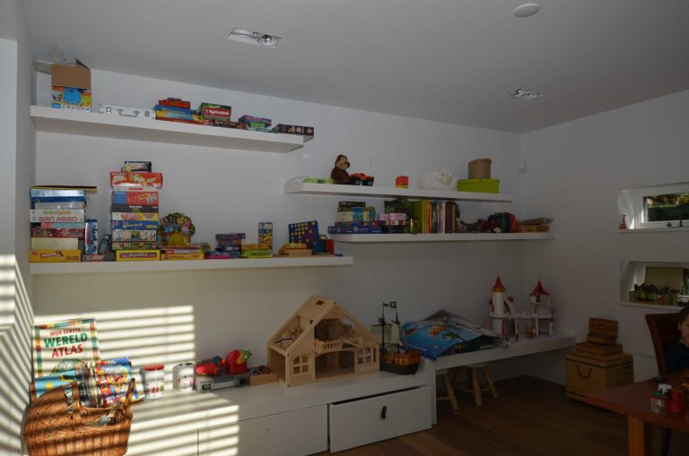 drijvers-oisterwijk-nieuwbouw-villa-kids-gemert-interieur-modern-strak-wit-belijning-hout (2)