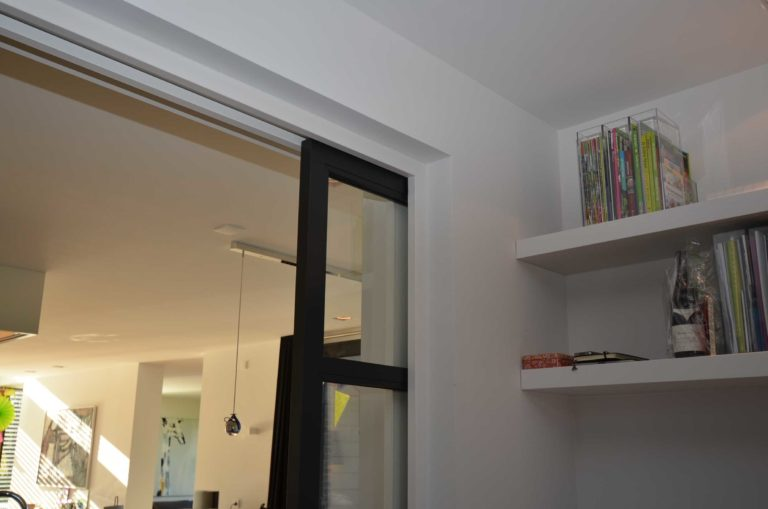 drijvers-oisterwijk-nieuwbouw-villa-gemert-interieur-modern-strak-wit-belijning-hout (4)