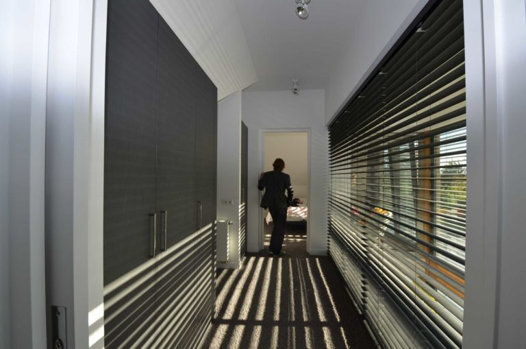 drijvers-oisterwijk-nieuwbouw-villa-gemert-interieur-modern-strak-wit-belijning-hout (5)