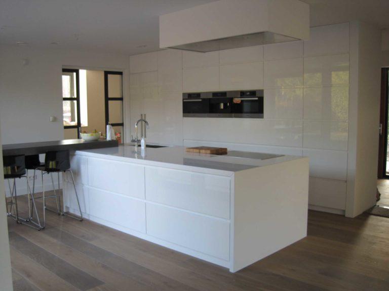 drijvers-oisterwijk-nieuwbouw-keuken-eiland-hoogglans-wit-koof-apparatenkast-villa-gemert-interieur-modern-strak-wit-belijning-hout (7)