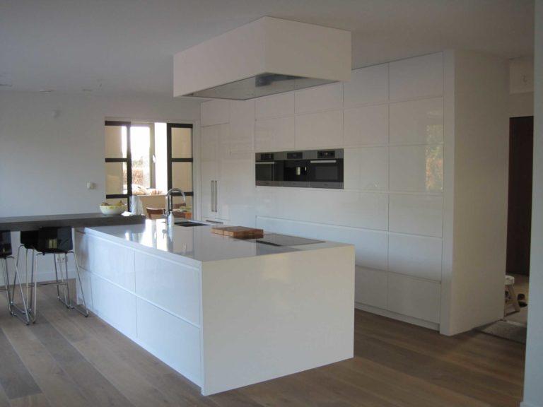 drijvers-oisterwijk-nieuwbouw-keuken-eiland-koof-apparatenkast-hoogglans-wit-villa-gemert-interieur-modern-strak-wit-belijning-hout (8)