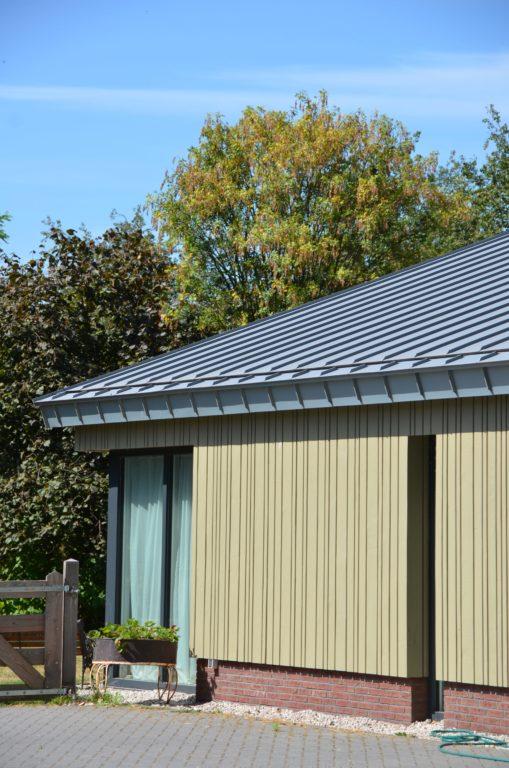 drijvers-oisterwijk-nieuwbouw-exterieur-zink-gevel-dak-strak-modern-bakstenen-deur-raam-pui (3)-min