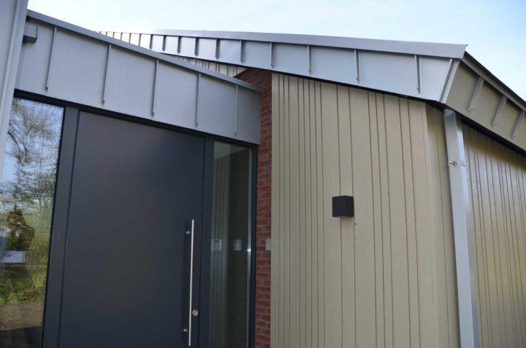 drijvers-oisterwijk-nieuwbouw-exterieur-zink-gevel-dak-strak-modern-bakstenen-deur-raam-pui (6)