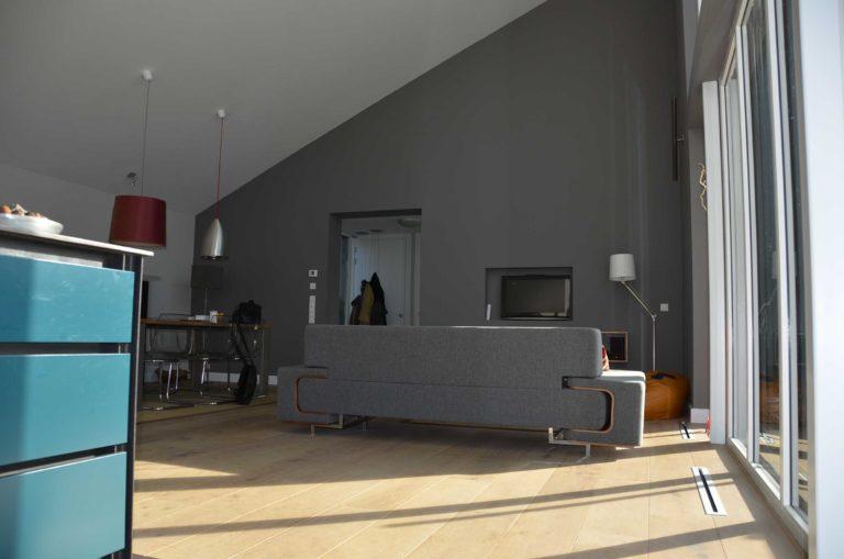 drijvers-oisterwijk-nieuwbouw-pui-interieur-keuken-eiland-greeplijst-zwarrt-donker-grijs-blauw-hout-fronten-gietvloer (2)